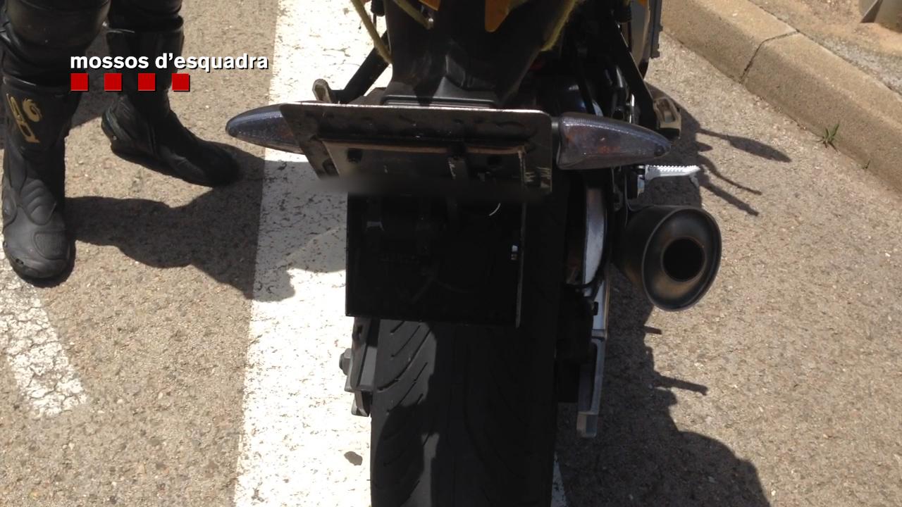 A través d'una palanca, el motorista amagava la placa de matrícula