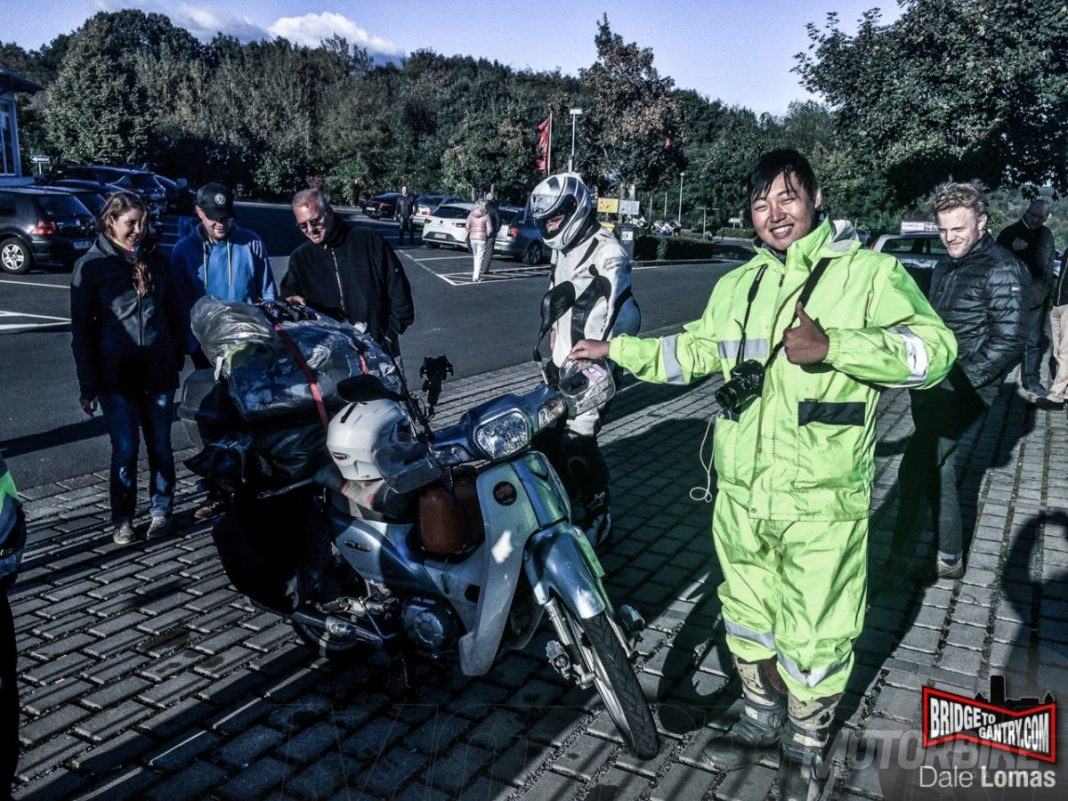 Lee amb la seva Honda SuperClub 110