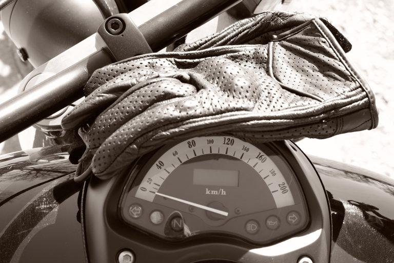 Portar guants no ajuda a evitar accidents de moto. Arreglar les carreteres, si.